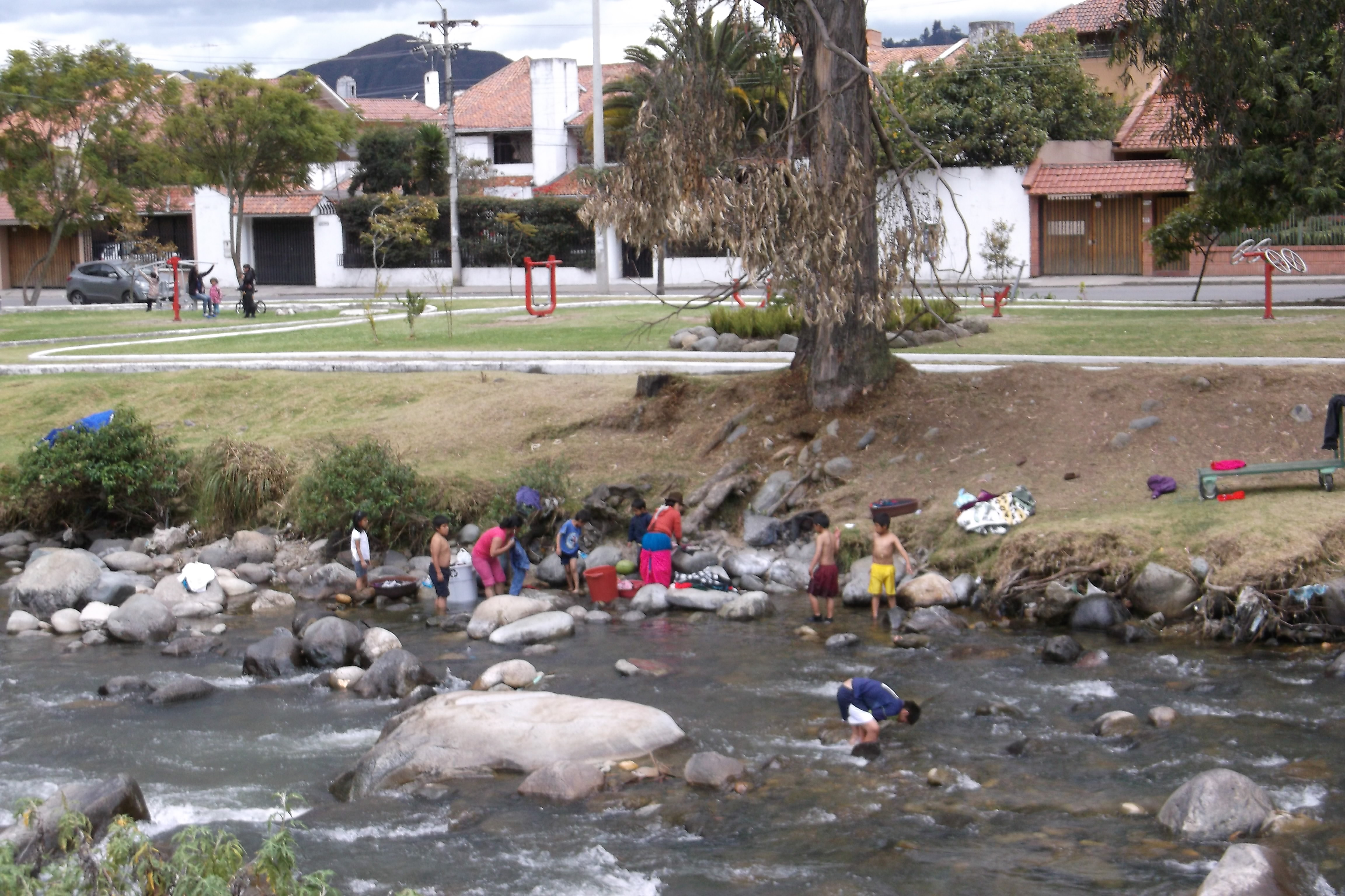 Cuenca washing clothes in the Rio Tomba